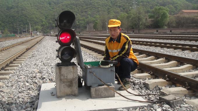 整个电缆修复过程增加了难度,刘军从开始寻找断线点,准备工具,到接线